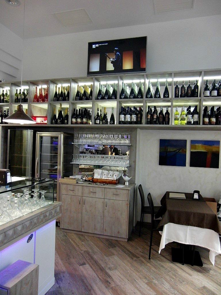 Angolo con bottiglieria, foto scattata presso il Wine Bar Cocktails, Cafè Olimpia a Milano
