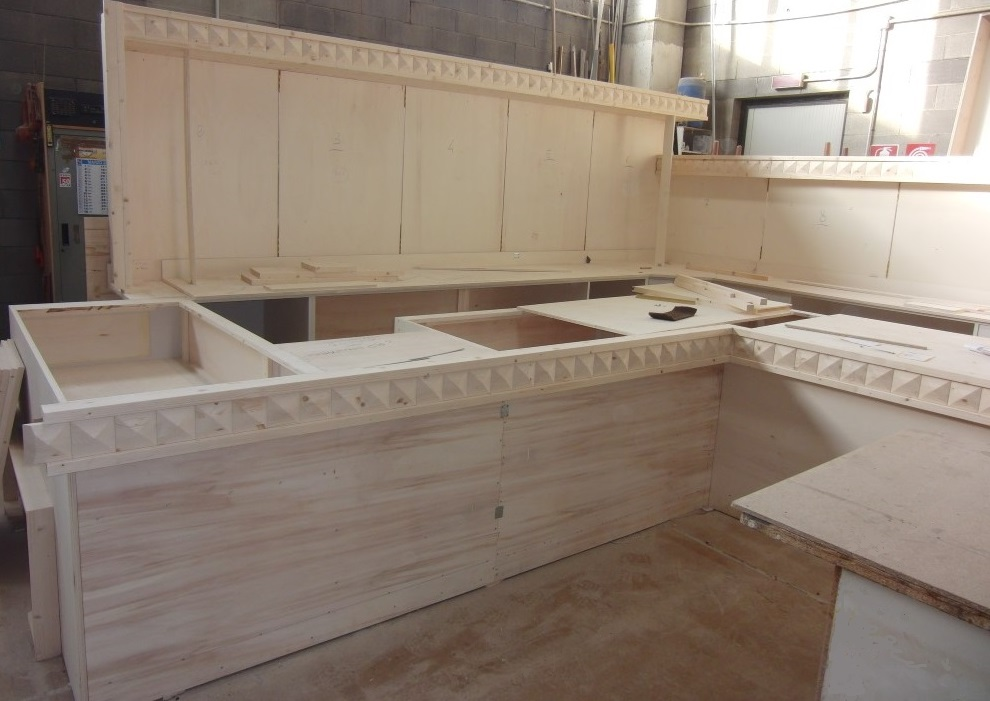 Foto scattata durante la costruzione del bancone per il Cafè Olimpia a Milano