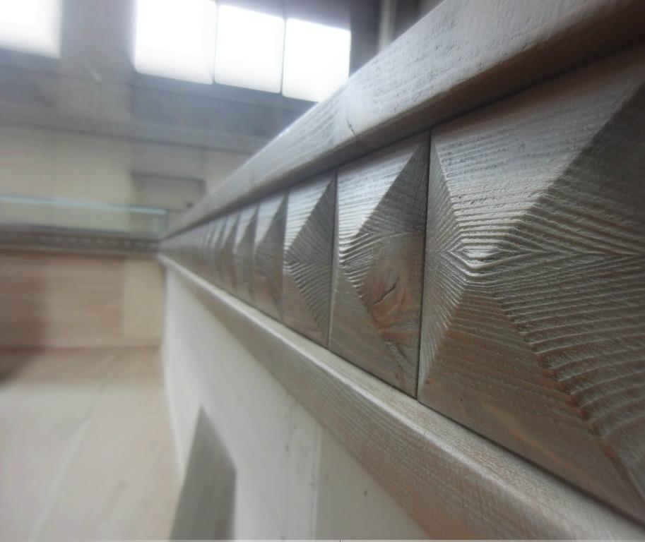 Dettaglio della cornice in legno di un banco realizzato per il Cafè Olimpia a Milano