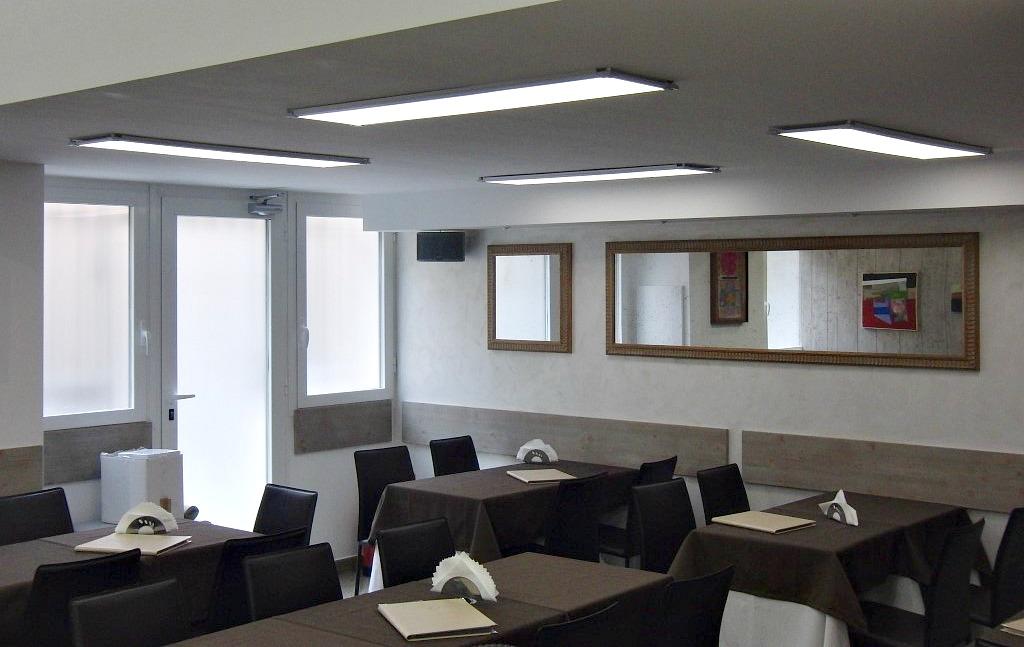 Particolare della sala da pranzo presso il Wine Bar Cocktail, Cafè Olimpia a Milano