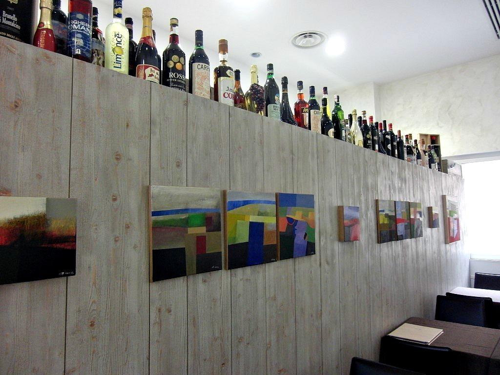 Particolare della parete divisoria della cucina con bottiglie, presso il Wine Bar Cocktails, Cafè Olimpia a Milano