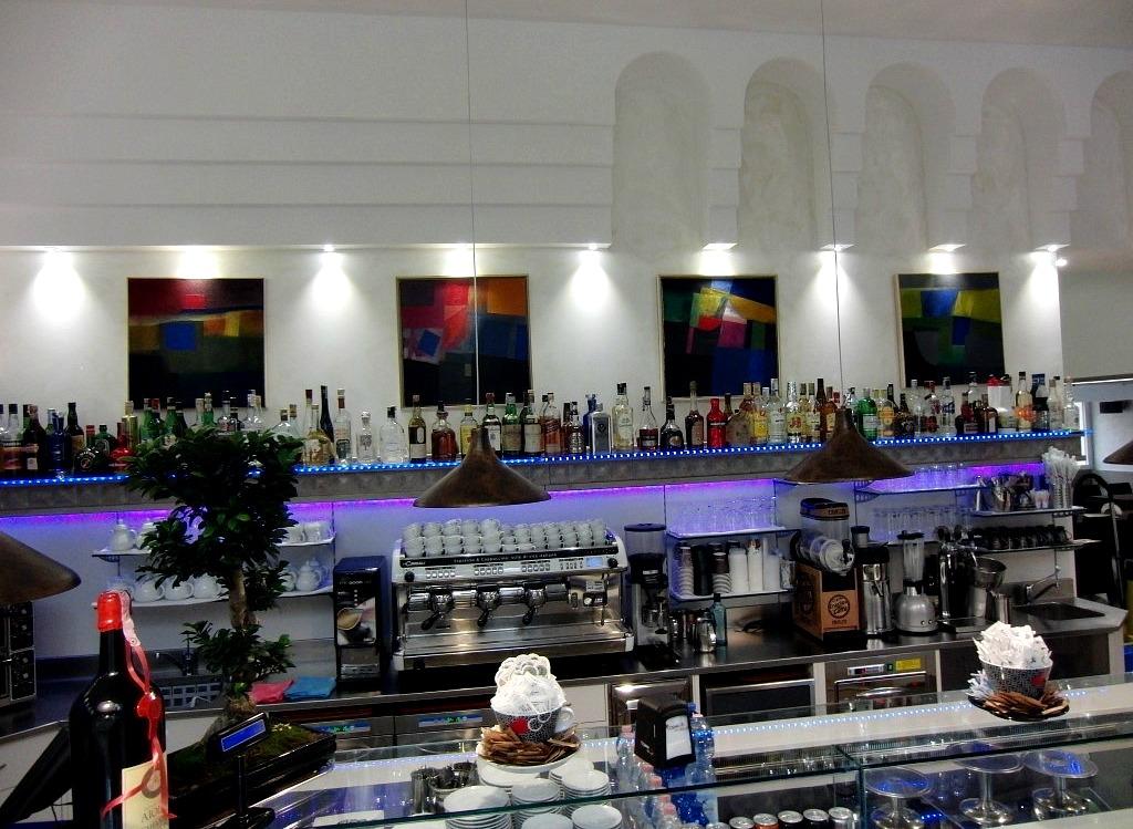 Foto con particolare del retro banco del Wine Bar Cocktails, Cafè Olimpia a Milano