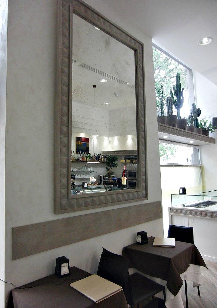 Particolare del Wine Bar Cocktails, Cafè Olimpia a Milano, con specchio con cornice in legno