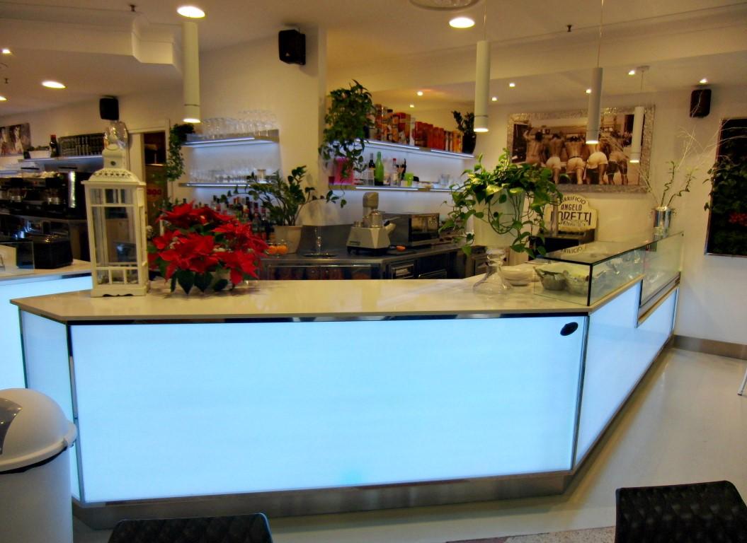 Bancone con illuminazione a led al Bar Caffetteria Pelikan's presso l'Iper Coop a Treviglio, Bergamo
