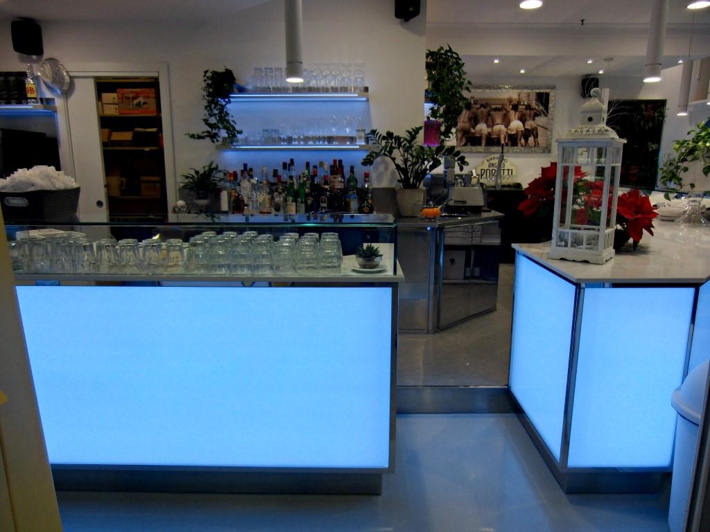 Foto dei banchi e mensole illuminati con led blu al Bar Caffetteria Pelikan's presso l'Iper Coop a Treviglio, Bergamo