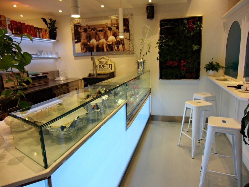 Foto del banco utilizzato per la zona aperitivi al Bar Caffetteria Pelikan's presso l'Iper Coop a Treviglio, Bergamo