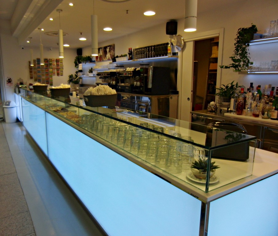 Foto panoramica del bancone illuminato con led, scattata alBar Caffetteria Pelikan's presso l'Iper Coop a Treviglio, Bergamo
