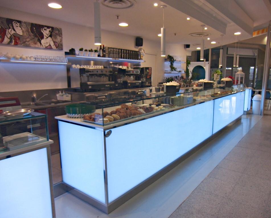 Banco pasticceria e mensole con led bianco al Bar Caffetteria Pelikan's presso l'Iper Coop a Treviglio, Bergamo