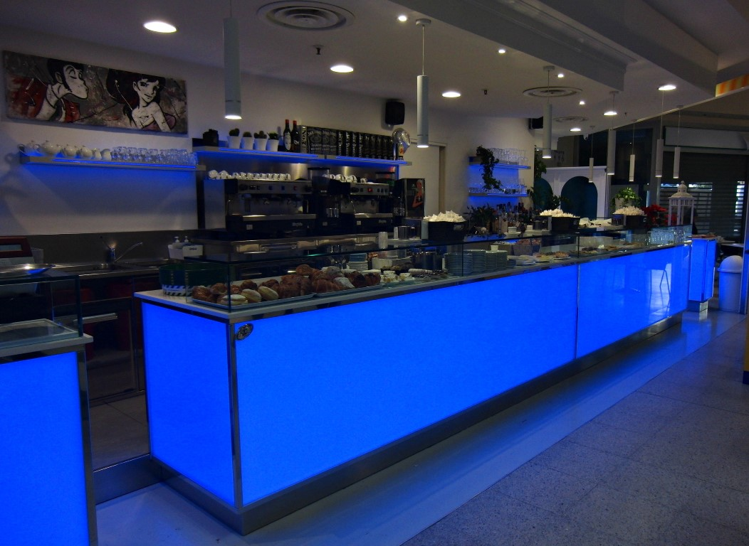 Foto del banco con mensole a luce led blu, realizzata al Bar Caffetteria Pelikan's presso l'Iper Coop a Treviglio, Bergamo