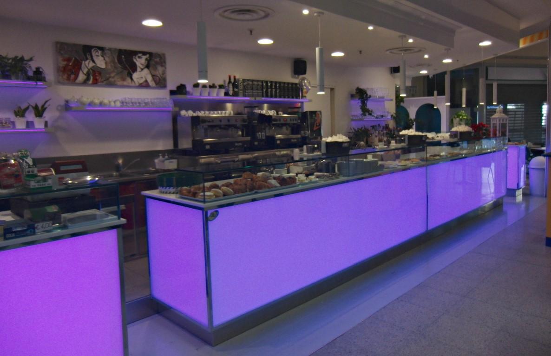Foto del banco con mensole a luce led lilla, realizzata al Bar Caffetteria Pelikan's presso l'Iper Coop a Treviglio, Bergamo