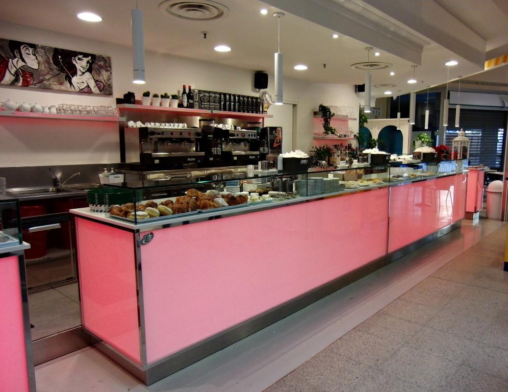 Foto del banco e mensole di colore led rosa al Bar Caffetteria Pelikan's presso l'Iper Coop a Treviglio, Bergamo