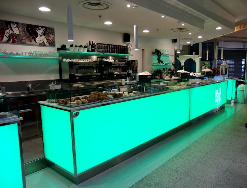 Foto del banco con mensole led verde scuro scattata al Bar Caffetteria Pelikan's presso l'Iper Coop a Treviglio, Bergamo