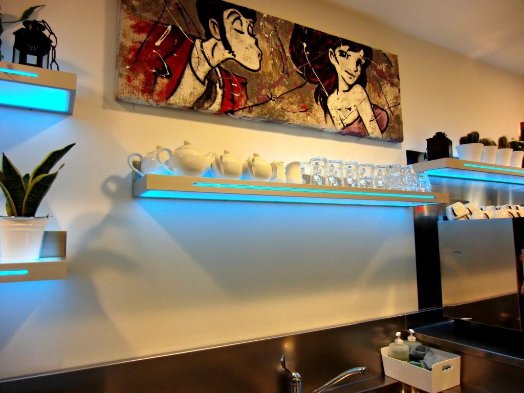 Foto di una mensola al Bar Caffetteria Pelikan's presso l'Iper Coop a Treviglio, Bergamo