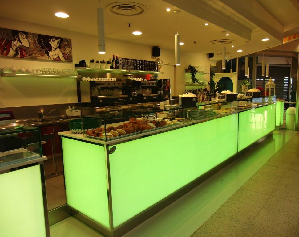 Foto dell'angolo caffetteria con luce verde al Bar Caffetteria Pelikan's presso l'Iper Coop a Treviglio, Bergamo