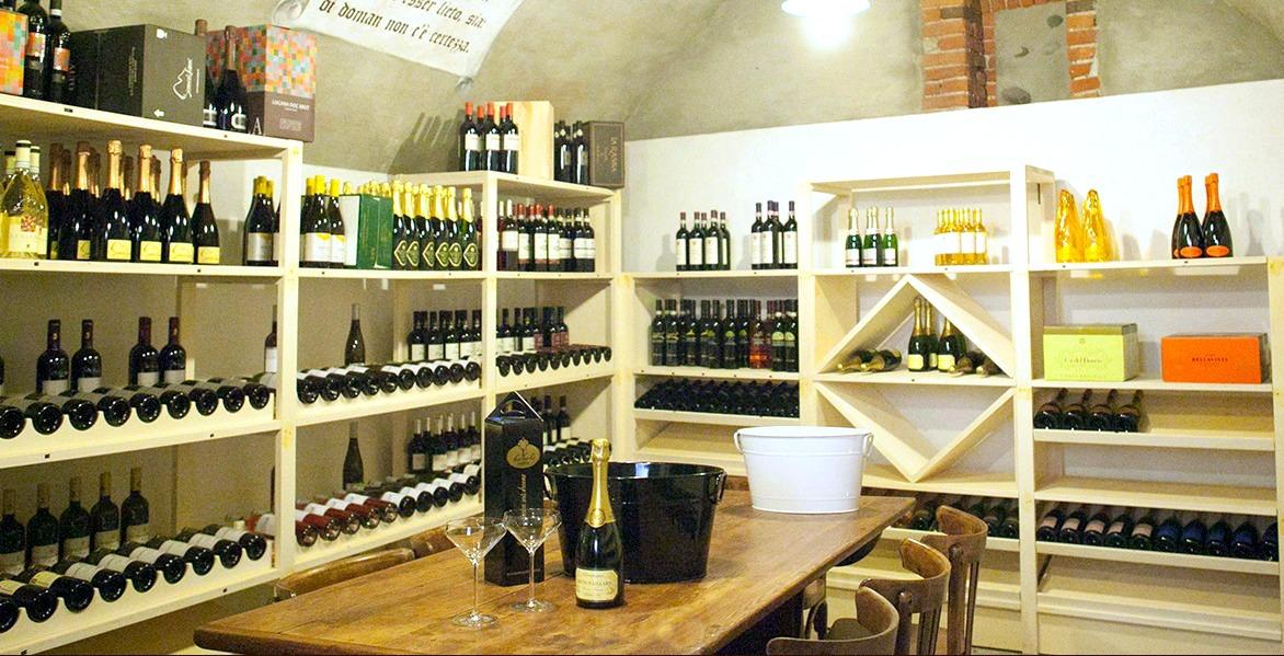 Foto dell'interno dell'angolo enoteca presso la Taverna Babalè a Scanzorosciate, Bergamo