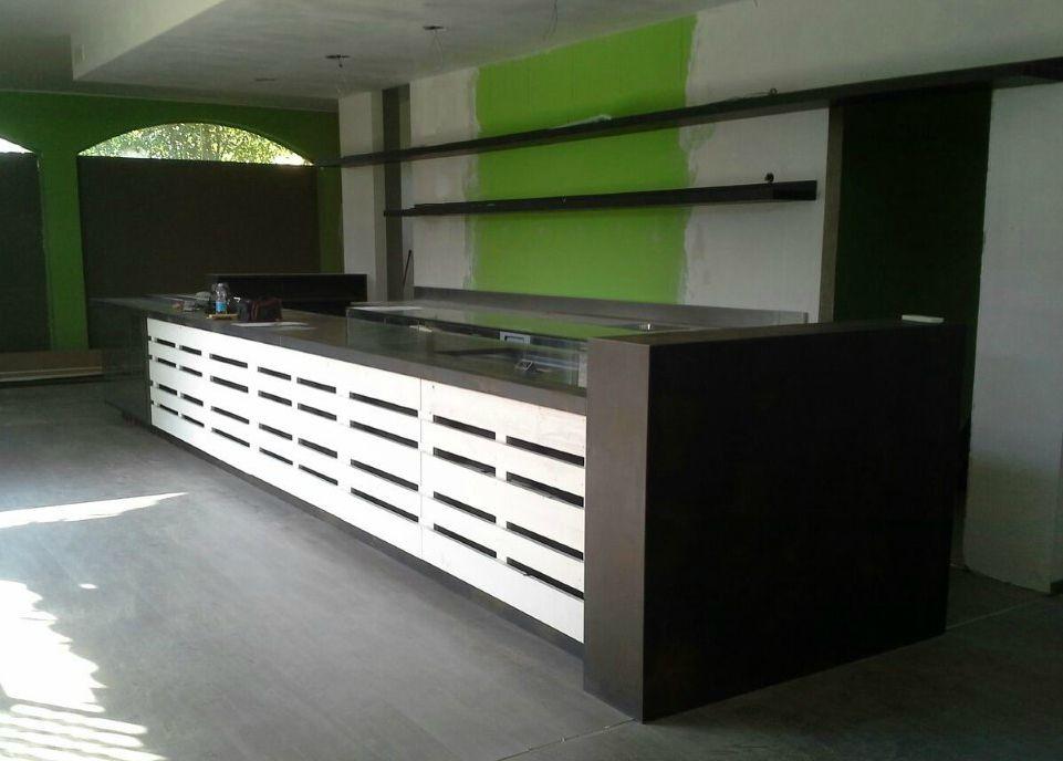 Bancone in fase di montaggio per il Pub Birreria Barlà di Arlate, presso la sede di Fab Arredamenti