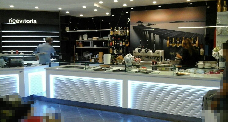 """Bancone e angolo ricevitoria presso il Bar Tabaccheria """"Deja Vu""""a Milano"""