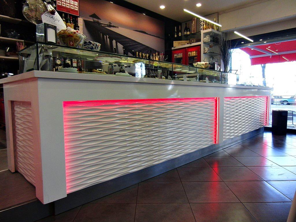 """Foto del bancone del Bar Tabaccheria """"Deja Vu"""" a Milano con luci led rosse"""