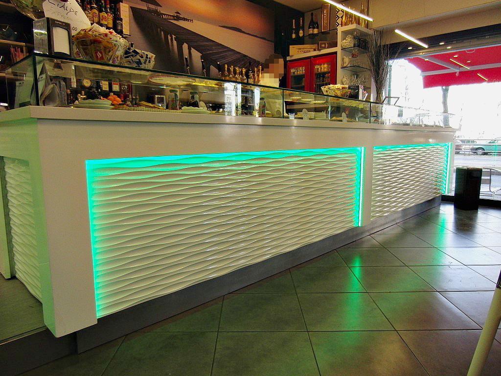 """Foto del bancone del Bar Tabaccheria """"Deja Vu"""" a Milano con luci led verdi"""