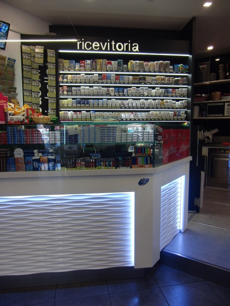 """Foto scattata all'angolo tabacchi del Bar Tabaccheria """"Deja Vu"""" a Milano"""