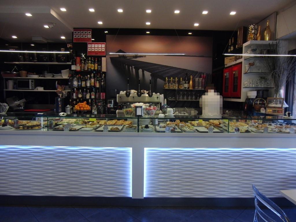 """Vista completa del bancone bar scattata presso il Bar Tabaccheria """"Deja Vu"""" a Milano"""