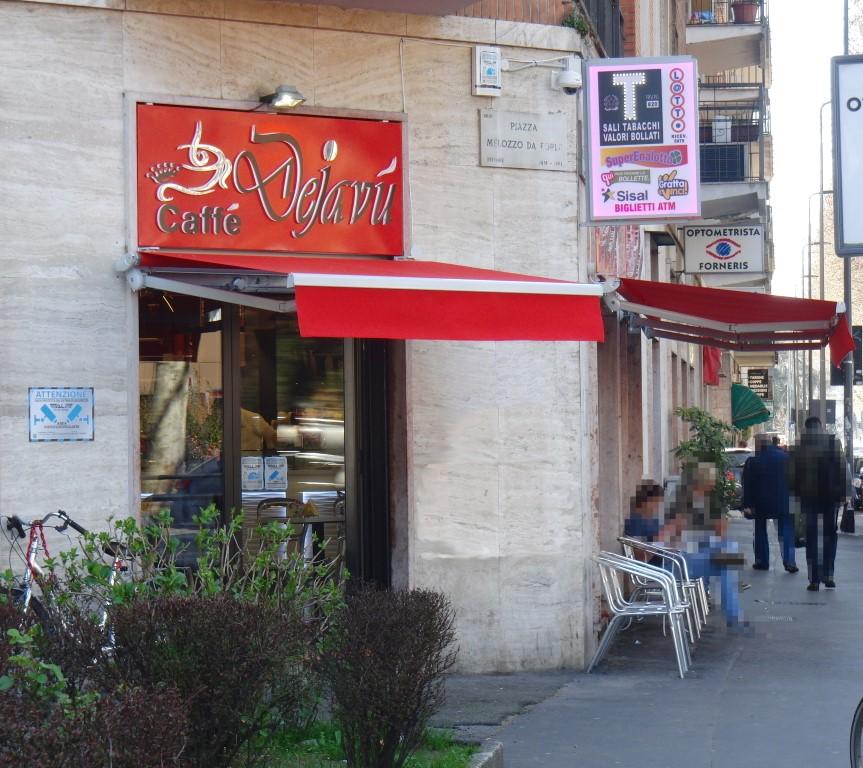 """Foto scattata in Piazza Melozzo con vista sull'ingresso del Bar Tabaccheria """"Deja Vu"""" a Milano"""