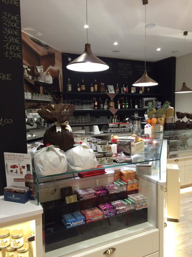 Banco per acquistare gomme e caramelle presso la Gelateria Caffetteria Rembrandt a Milano