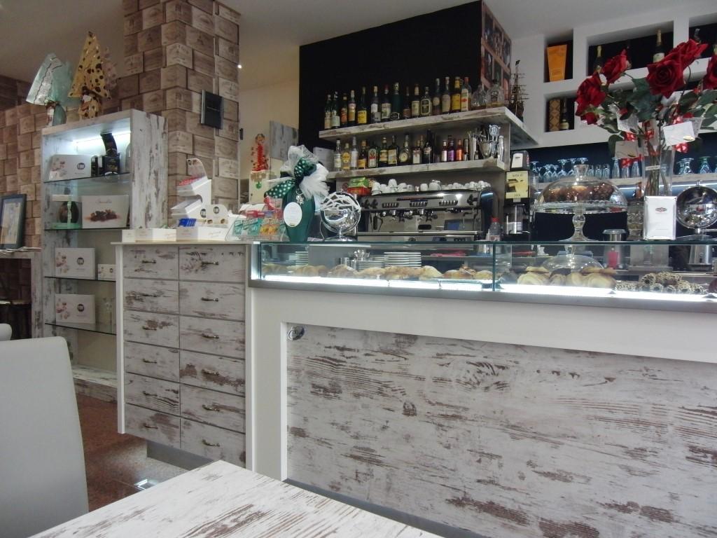 Foto del bancone principale con il mobile a cassetti presso la Caffetteria Pasticceria Franceve a Milano