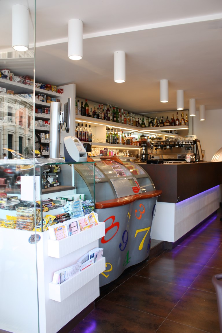 Banco tabacchi e giochi presso il Bar Tabacchi Le Pantiéro, nel centro di Cannes