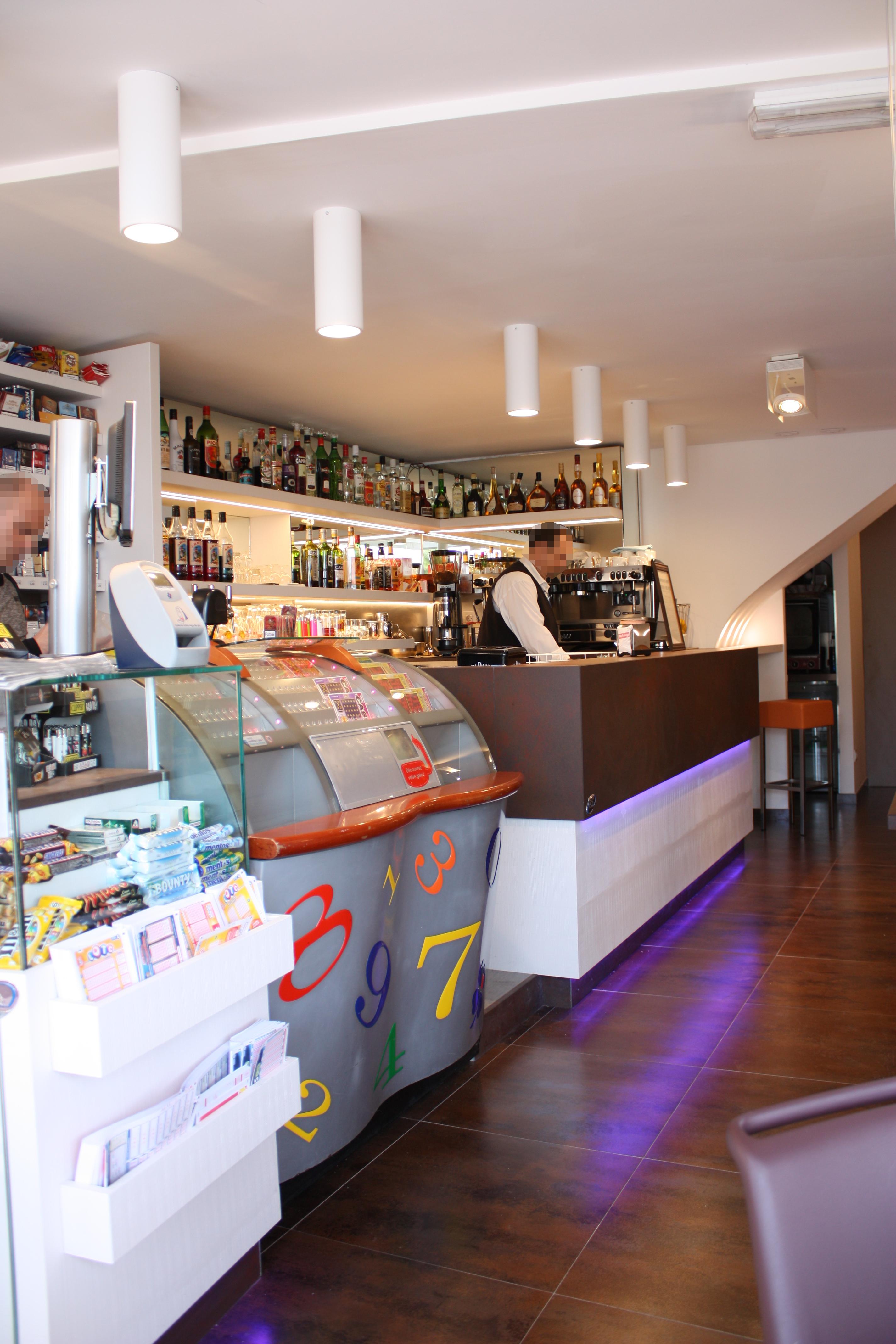 Foto dell'interno del Bar Tabacchi Le Pantiéro, nel centro di Cannes