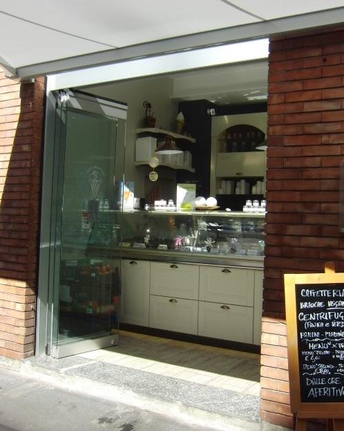 Ingresso con vista sul banco gelati presso la Gelateria Caffetteria Rembrandt a Milano