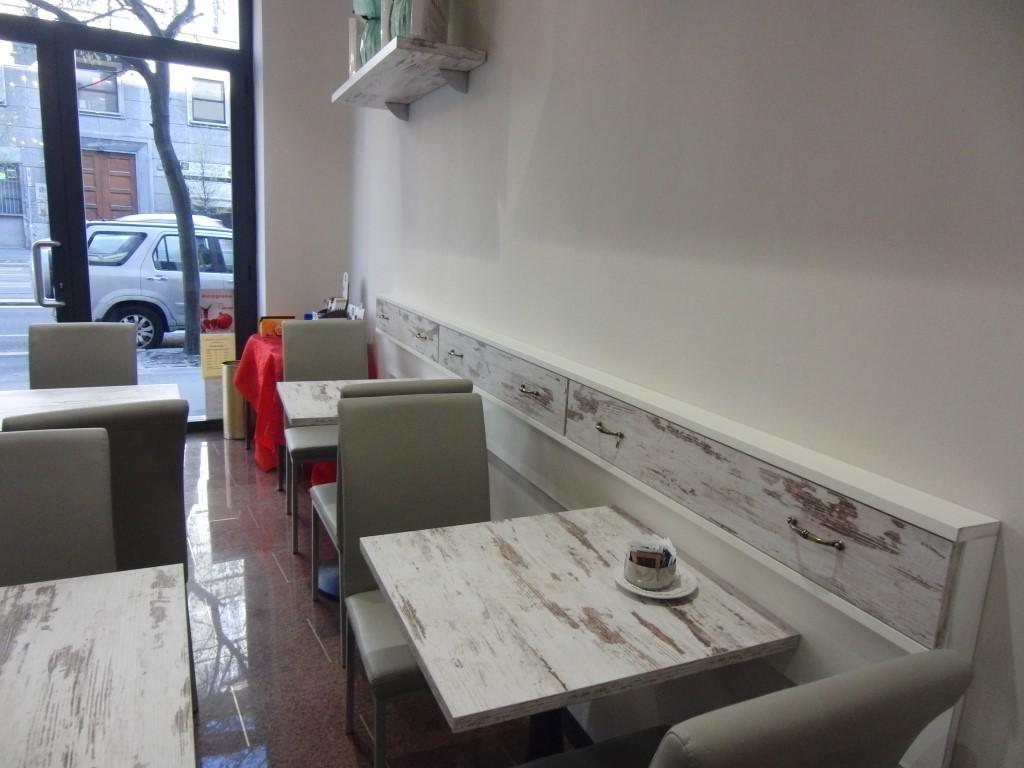 Tavolini e sedie con particolare sull'ingresso presso la Caffetteria Pasticceria Franceve a Milano