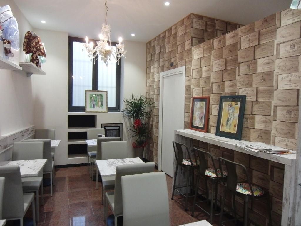 Foto della saletta interna con parete vini presso la Caffetteria Pasticceria Franceve a Milano