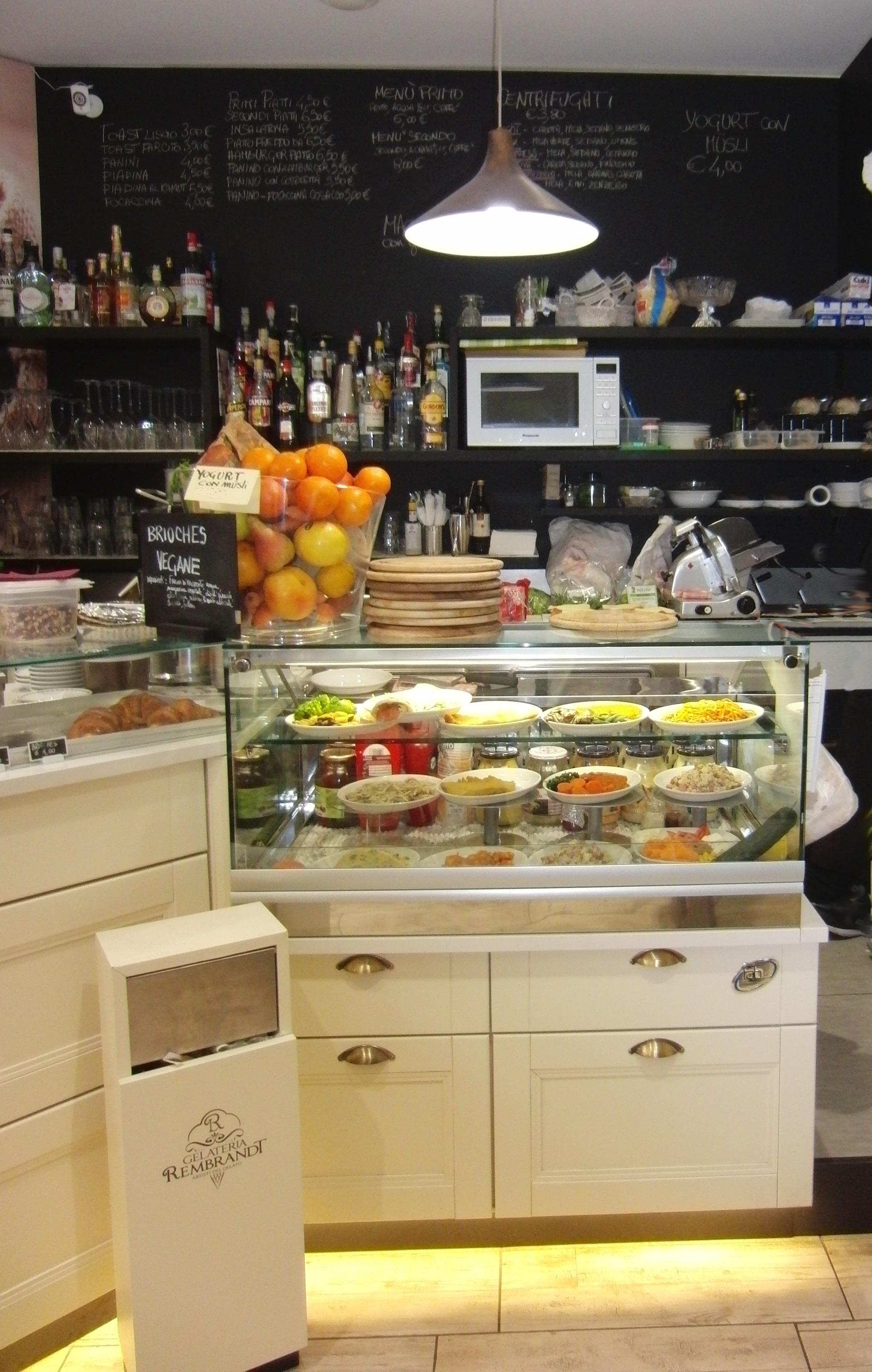 Foto scattata all'angolo tavola fredda presso la Gelateria Caffetteria Rembrandt a Milano