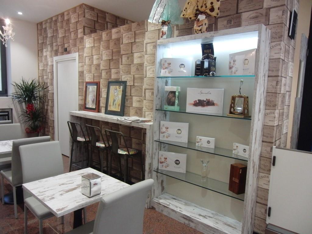 Foto con particolare sull'angolo vetrina presente all'interno della Caffetteria Pasticceria Franceve a Milano