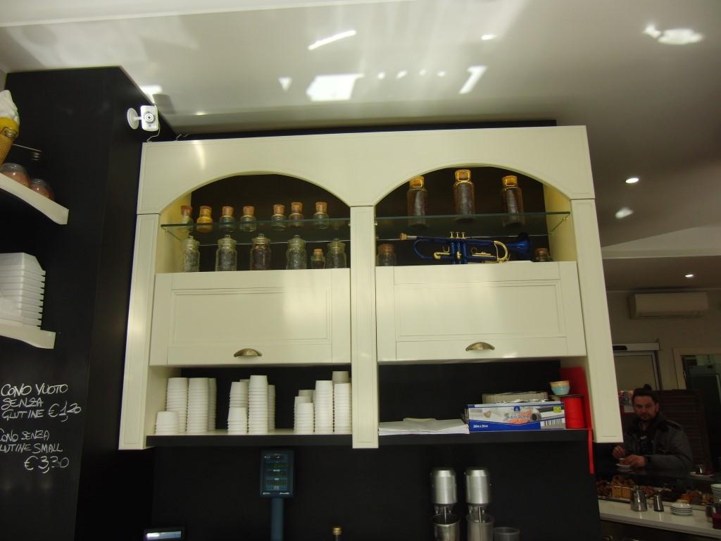 Mensole che potete trovare all'interno della Gelateria Caffetteria Rembrandt a Milano