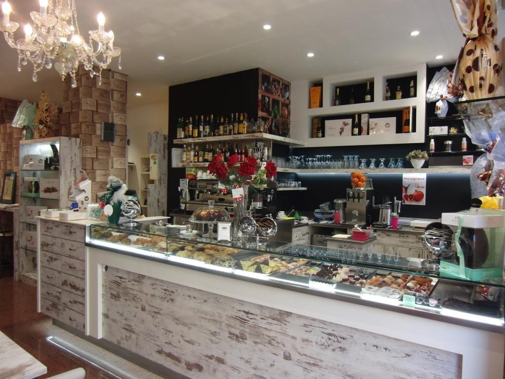 Bancone dei dolci, foto scattata presso la Caffetteria Pasticceria Franceve a Milano