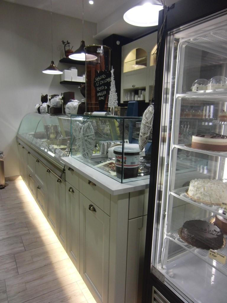 Vetrina dei gelati e frigo con alcune torte presenti all'interno della Gelateria Caffetteria Rembrandt a Milano