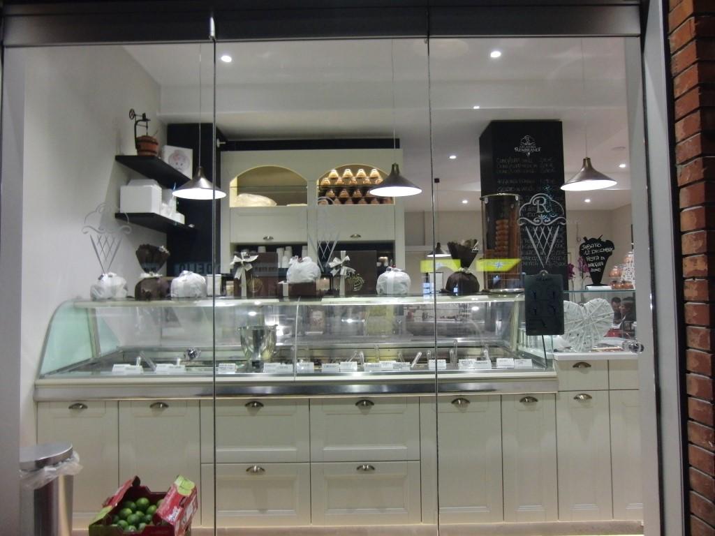 Foto della vetrina con particolare sul banco gelati della Gelateria Caffetteria Rembrandt a Milano