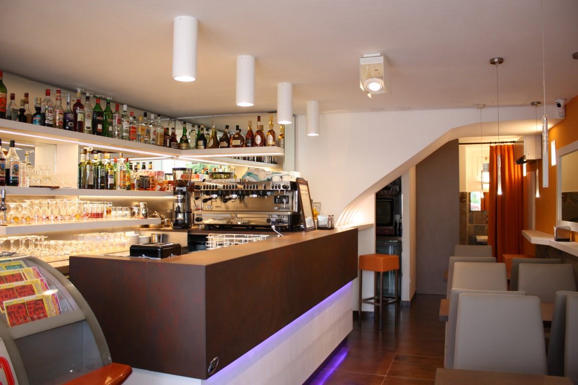 Foto del bancone del Bar Tabacchi Le Pantiéro, nel centro di Cannes, realizzato in Laminam Oxide