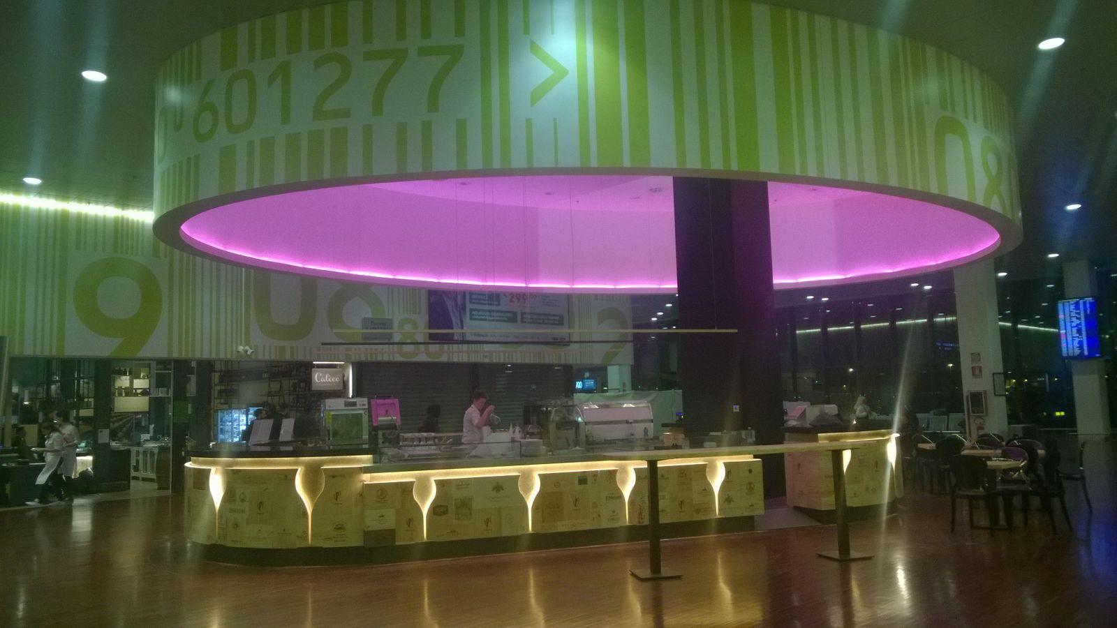Foto della struttura del Ristorante Wine Gate 11 presso l'Aeroporto di Orio al Serio, con luce color viola