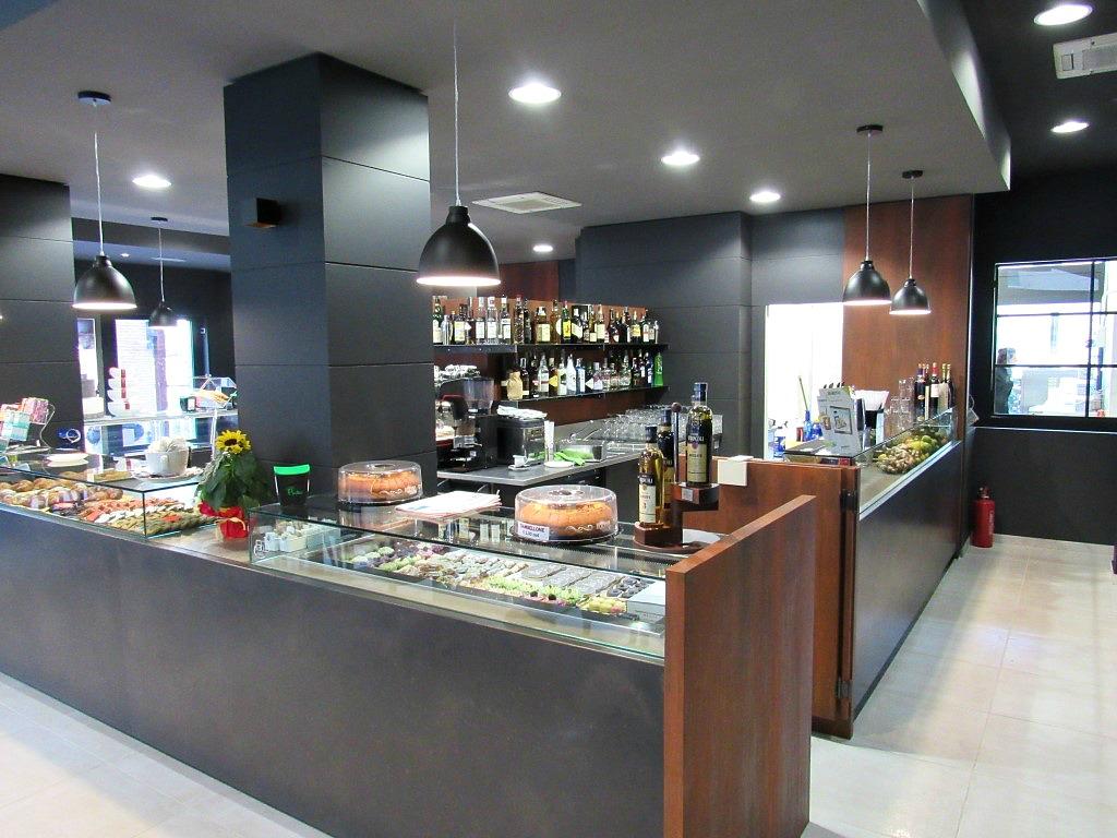 Banco principale con dolci e gelati presso il Bar Gelateria Enoteca Papilla a Monza