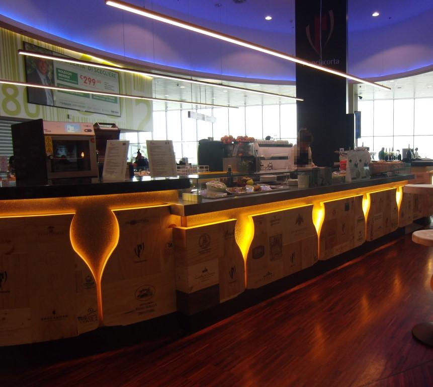 Banco con illuminazione al Ristorante Wine Gate 11 presso l'Aeroporto di Orio al Serio