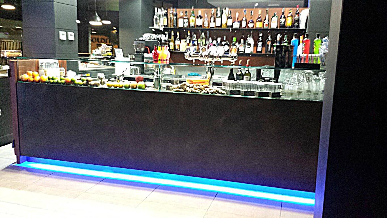 Banco illuminato presso il Bar Gelateria Enoteca Papilla a Monza