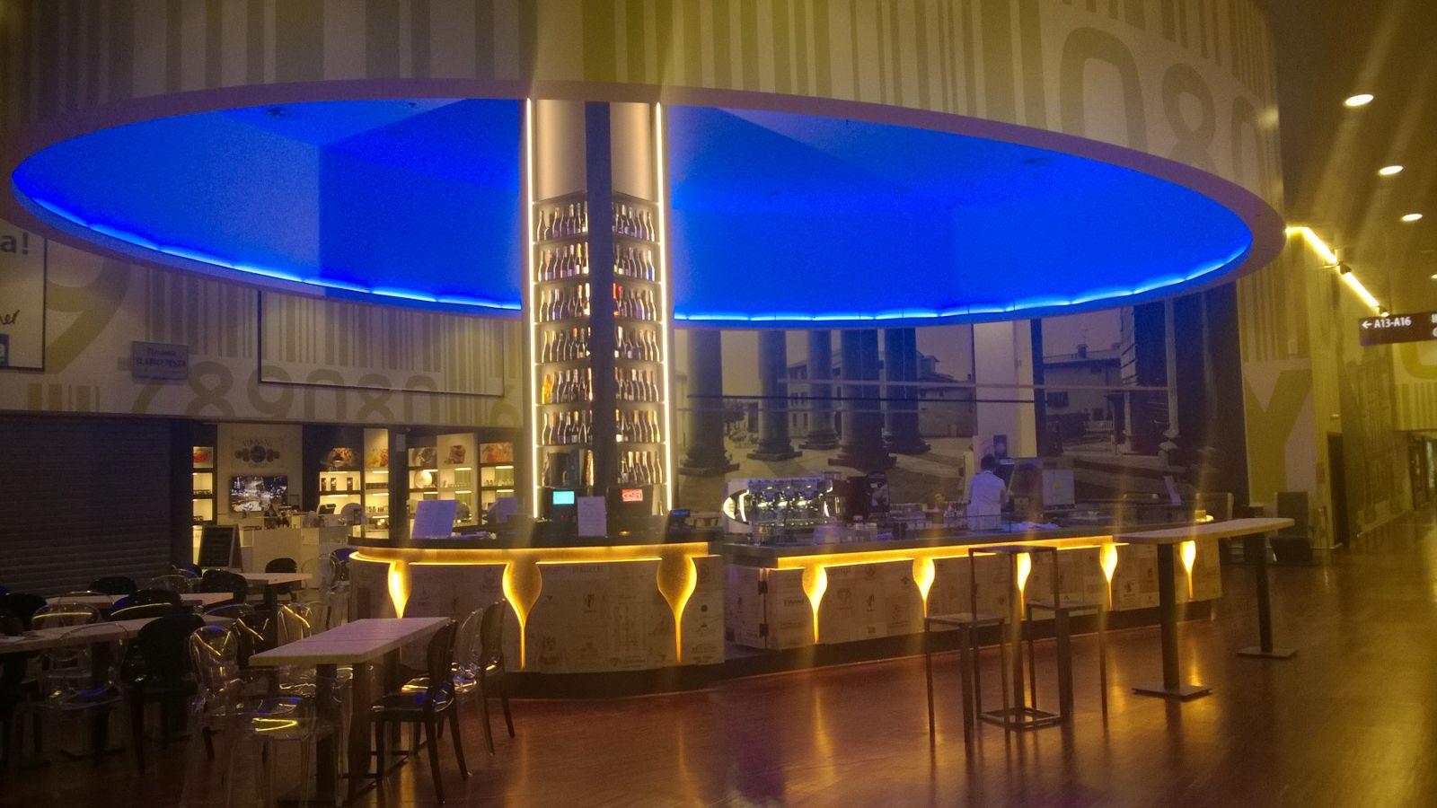 Foto della struttura del Ristorante Wine Gate 11 presso l'Aeroporto di Orio al Serio, con luce color blu