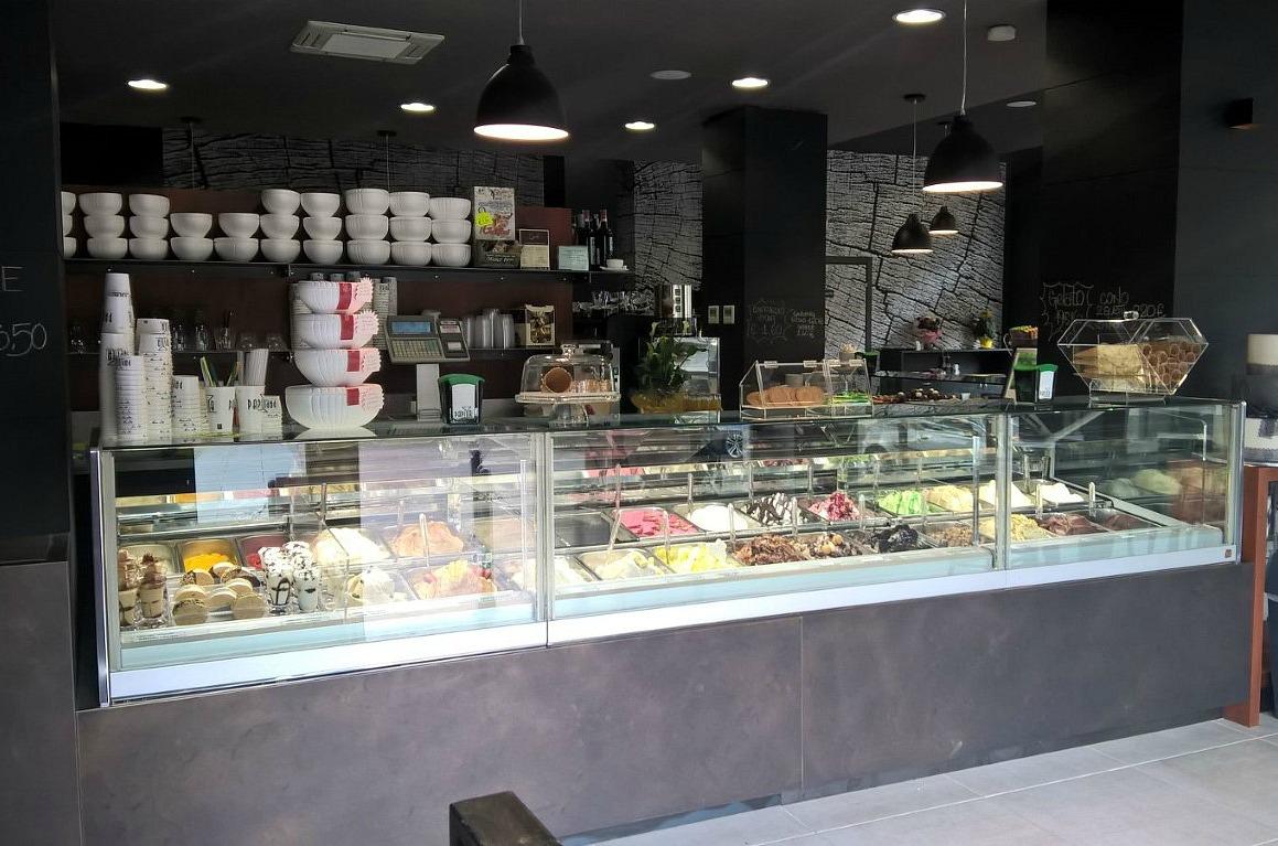 Particolare del banco dei gelati scattato presso il Bar Gelateria Enoteca Papilla a Monza