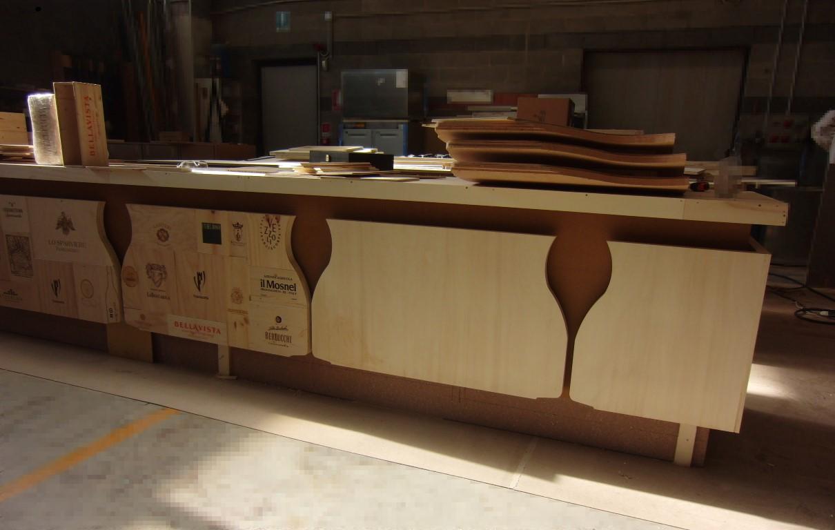 Foto dei pannelli con intaglio del calice Franciacorta al Ristorante Wine Gate 11 presso l'Aeroporto di Orio al Serio