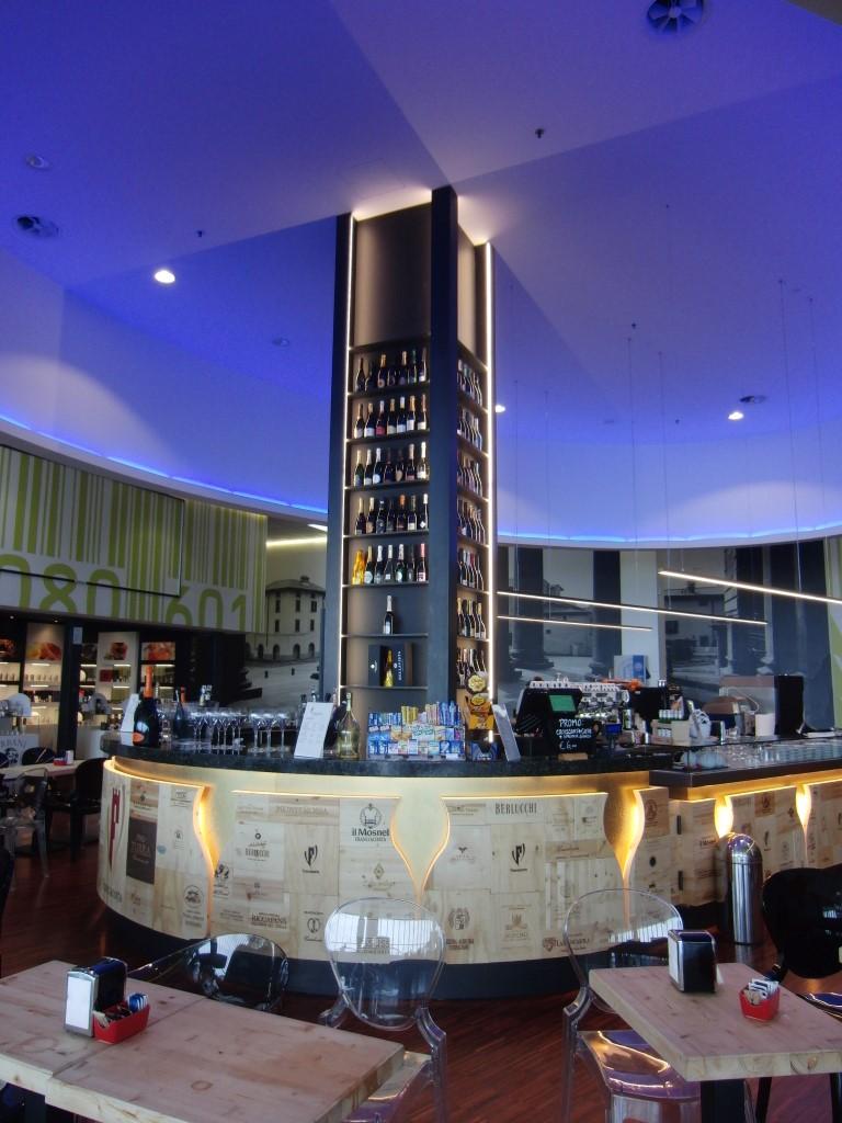 Particolare del banco e colonna con esposizione vini al Ristorante Wine Gate 11 presso l'Aeroporto di Orio al Serio