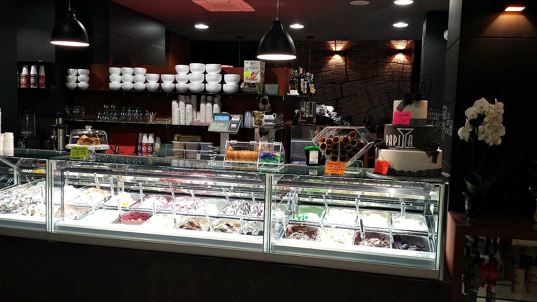 Particolare del banco gelati presso il Bar Gelateria Enoteca Papilla a Monza
