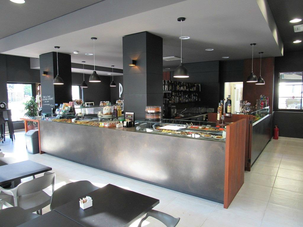 Foto del banco in ferro grezzo scattata presso il Bar Gelateria Enoteca Papilla a Monza